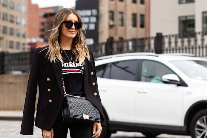 street style elegant schwarzes outfit t shirt und jacke frisuren halblange haare blond mit wellen weißes auto
