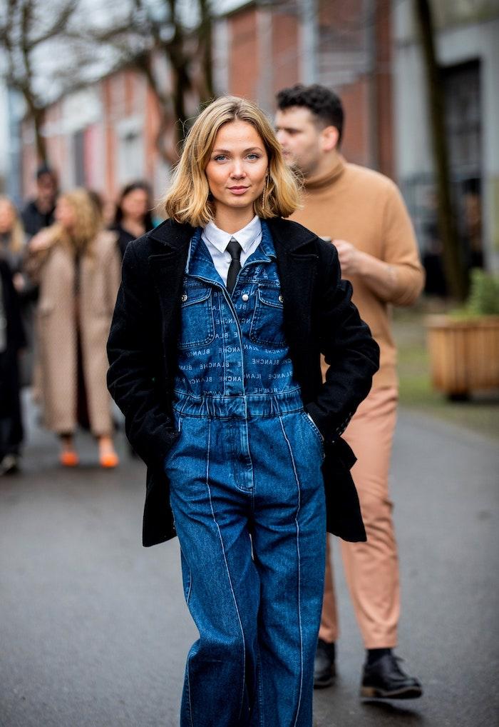 street style inspiration jeans overall schwarzer mantel blonde kurze haare frisuren frisurentrend 2020 inspiration