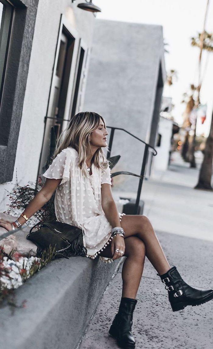 street style inspo vsco presets cooles outfit weißes kleid mit schwarzen boots kurzhaarfrisuren damen braune haare mit blonden strähnen