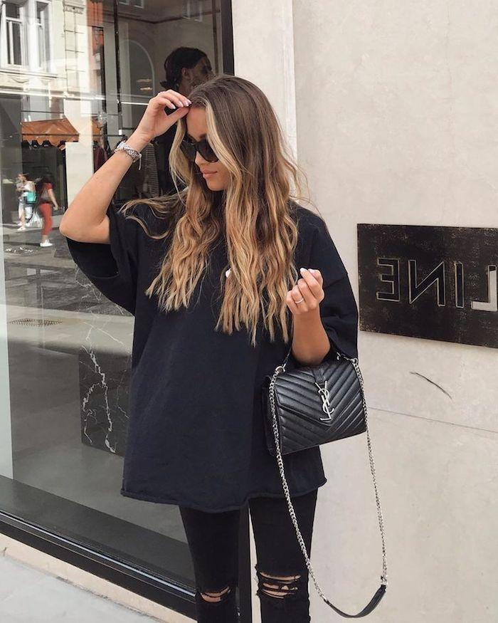 street style monochromes schwarzes outfit oversized t shirt gerippte jeans ysl mini tasche lange braune haare strähnchen blond