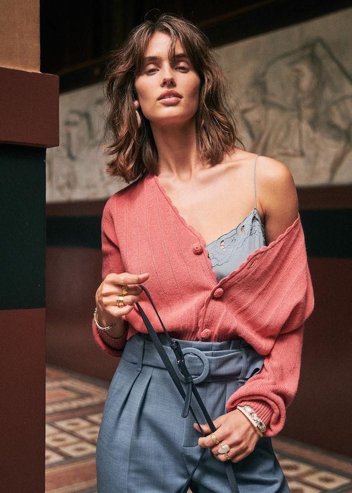 stylisches outfit blaue hose rote bluse braune haare unkomplizierte frisuren mittellang mit vorhang pony curtain bangs trend photoshooting