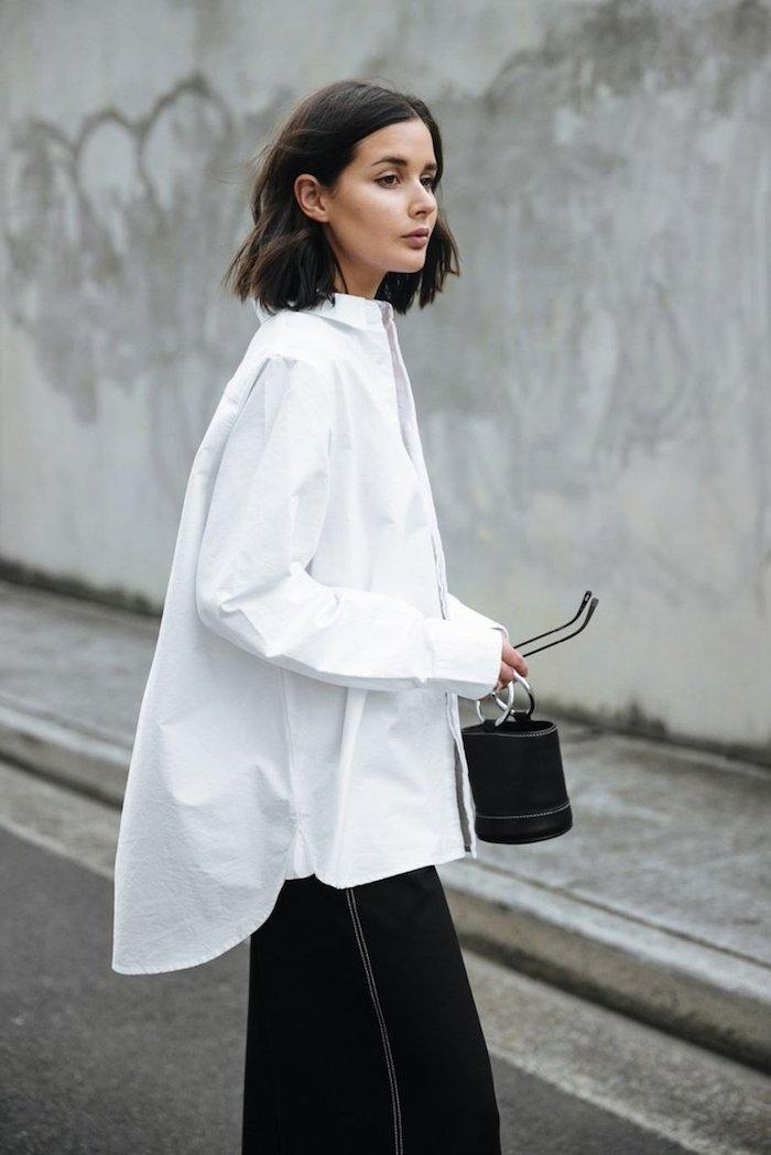 stylisches outfit oversized hemd in weiß weite schwarze hosen mini tasche kurze braune haare kurzhaarfrisuren 2020