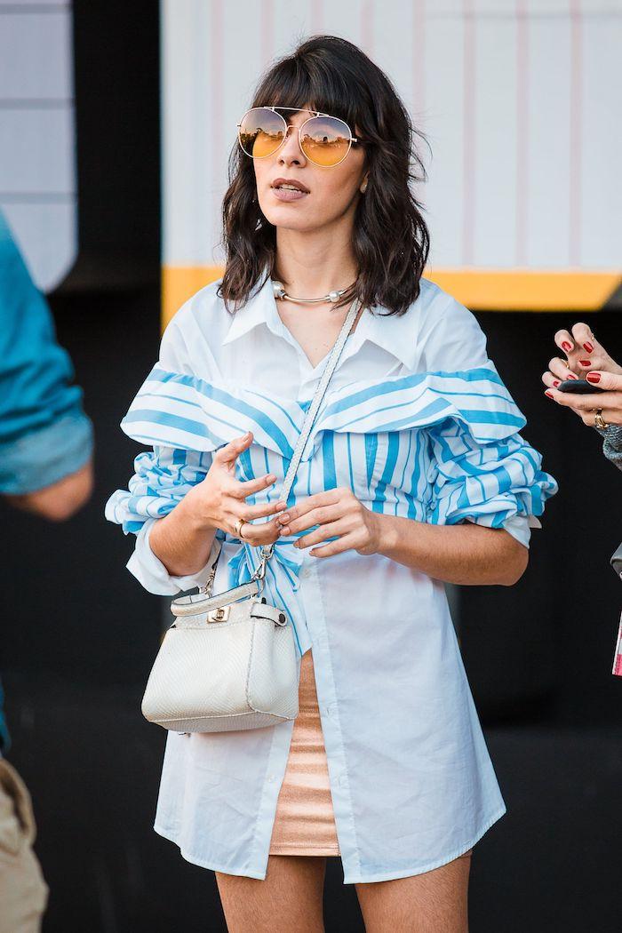 stylisches sommer outfit blau weiße bluse mini tasche shaggy bob frisuren 2020 frauen trendige haarschnitte