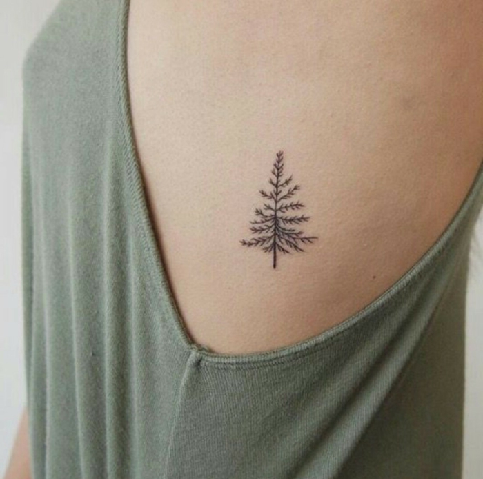 tattoo ideen frauen kleine tanne minimalistische tattoos ideen und inspiration grünes top