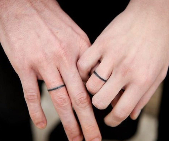 tattoo ring am ringfinger kreative tattoos mit persönlicher bedeutung zwei hände