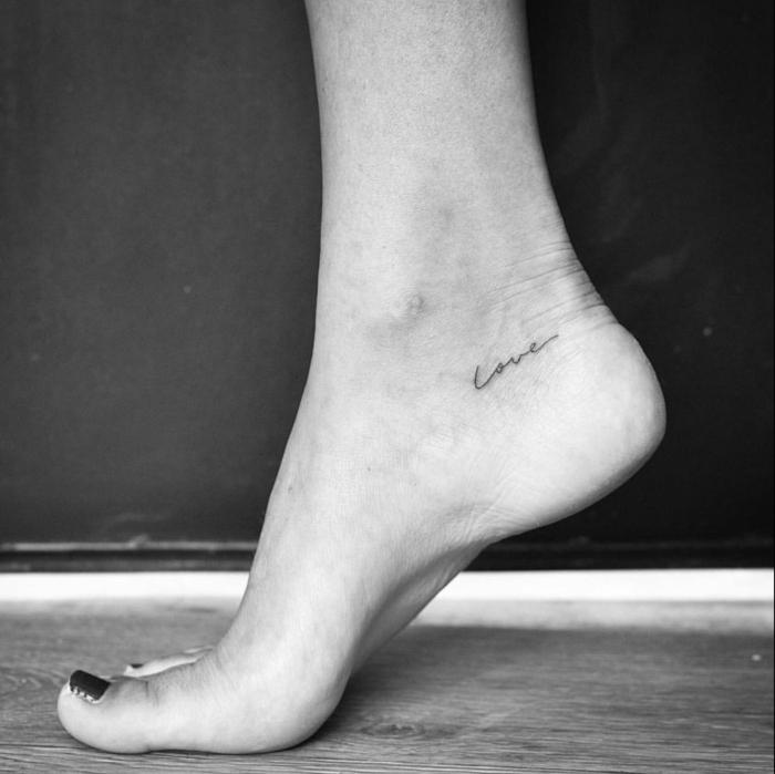 tattoo vorlagen frauen mit bedeutung love tattoo am fuß schwarz weißes foto schwarzer nagellack