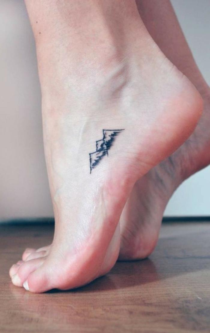 tattoos für frauen design von einem berg am fuß minimalistische tattoos inspiration ideen