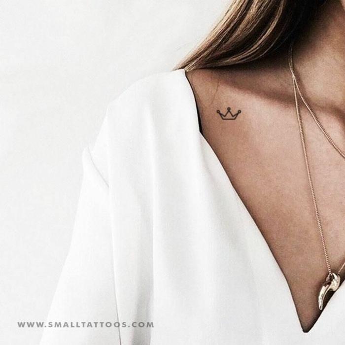 tattoos für frauen kleine krone am schlüsselbein weiße bluse mit v ausschnitt elegante halskette