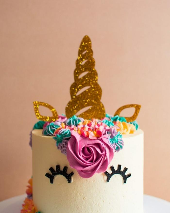 torte für kinder kuchen unicorn goldener horn mähne aus buttercreme lange wimpern kinderkuchen