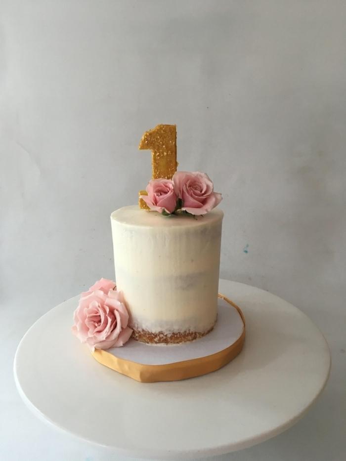 torte für kinder zum ersten geburtstag tortendeko mit weißer creme und blumen goldener ziffer geburtstagskuchen
