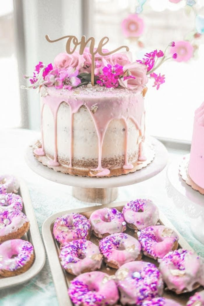 torte für kinder zum geburtstag geburtstagskuchen für mädchen donuts krapfen rosa ganache weiße creme blüten