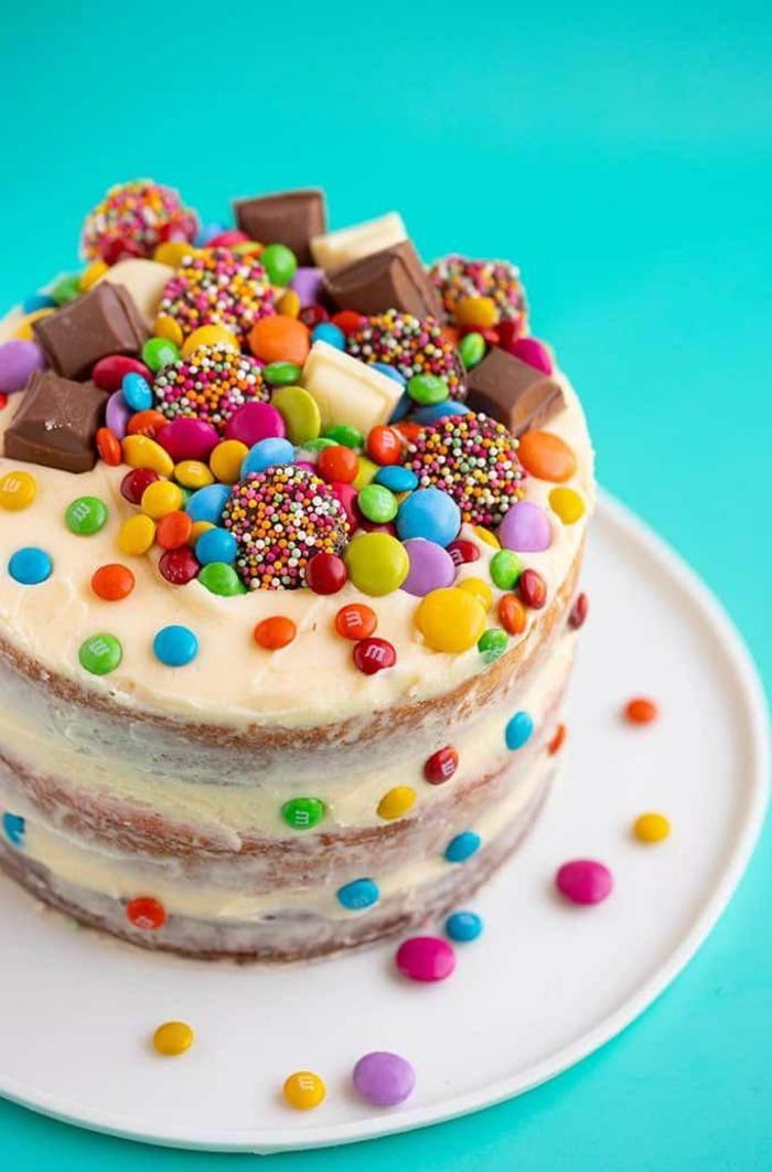 torte für kindergeburtstag mit bonbons und schokolade dekoration vanille kuchen geburtstagsparty köstliche rezepte