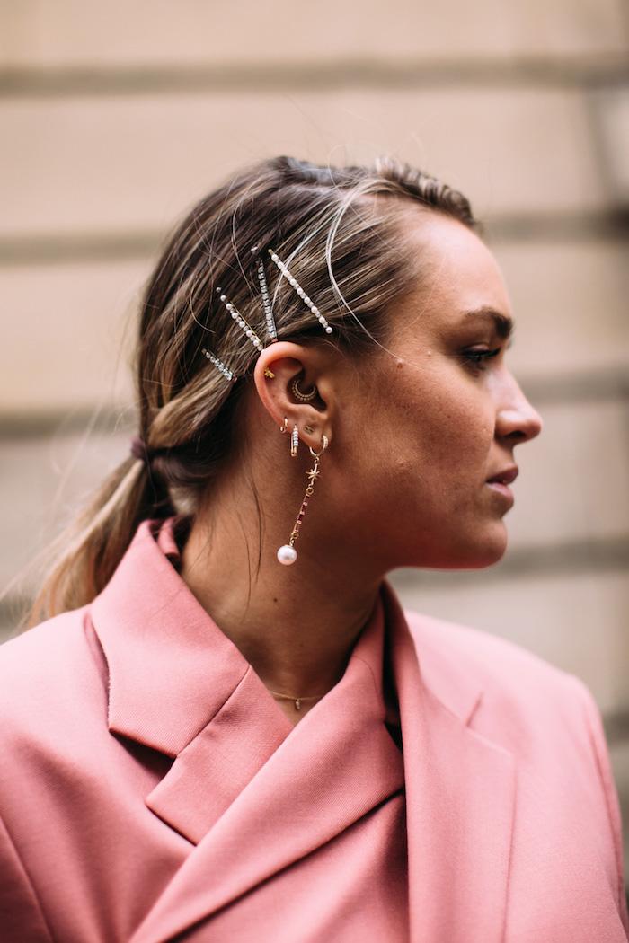 trendfrisuren 2020 damen paris street style accessoires haare elegante haarspangen blonde haare im pferdeschwanz frisuren mittellanges haar
