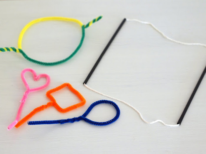 uwei kleine schwarze seifenblasebstäbchen für kinder seifenblsen selber machen diy anleitung stabile seifenblasen rezept verschiedene ideen für stäbchen aus draht