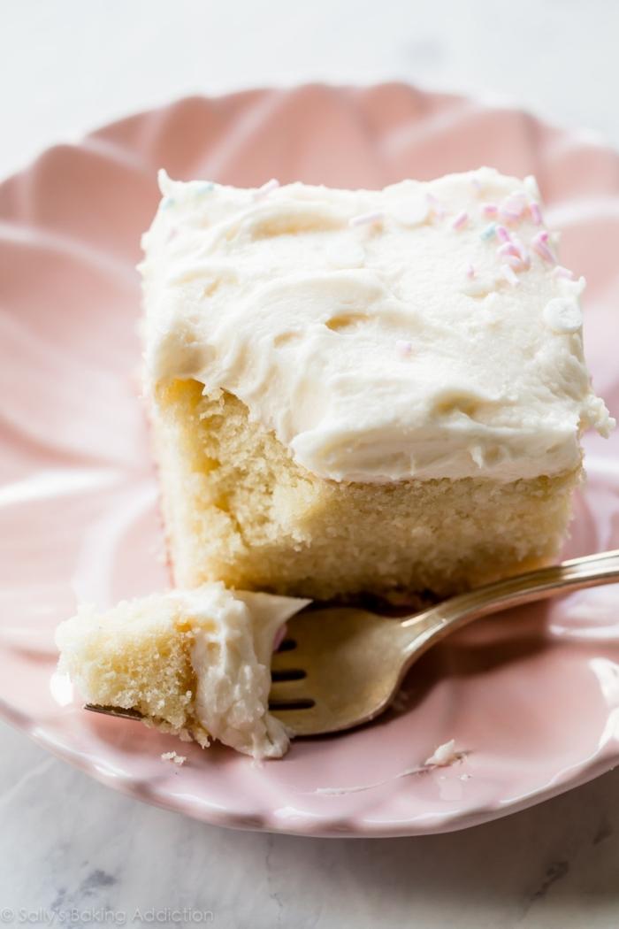 vanille blechkuchen mit geschlagenem buttercreme zuckerguss kaffee oder tee sonntagkuchen leckerer nachtisch