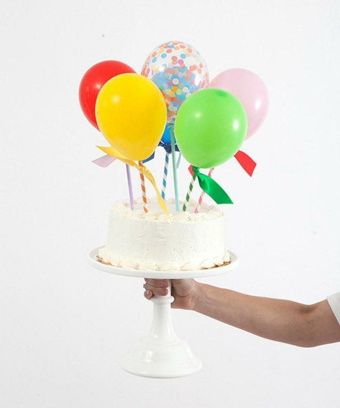 vanille torte dekoriert mit bunten luftballons schnelle kuchen für kindergeburtstag selber machen leckere backideen