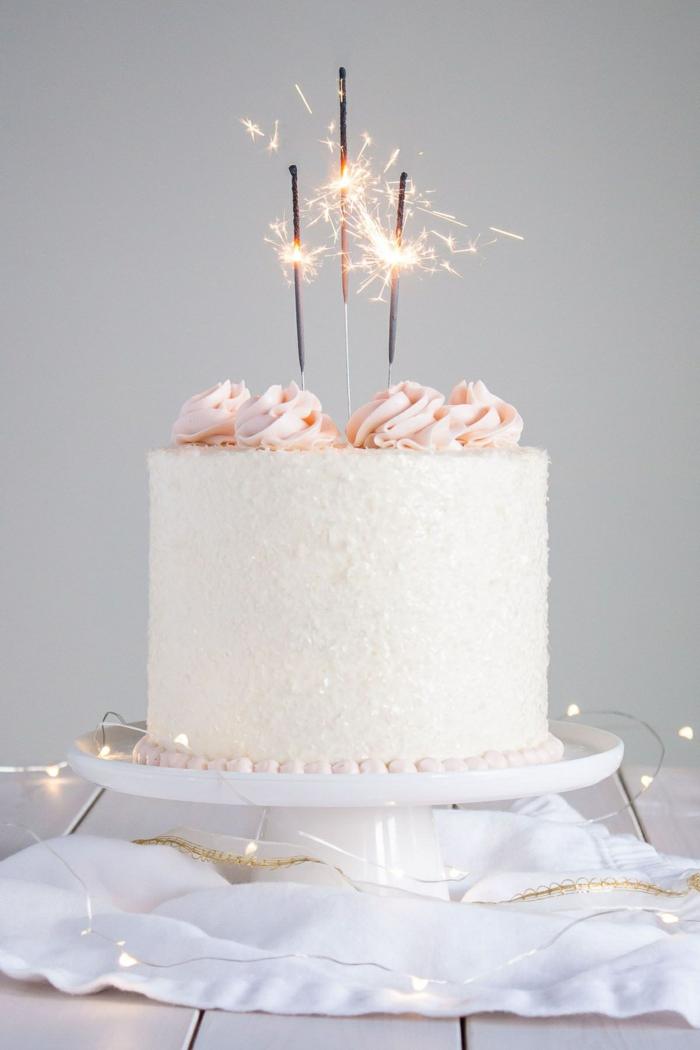 vanille weiße torte dekoration mit bengalisches feuer torten für kindergeburtstag selber machen kinder torten selbstgemacht