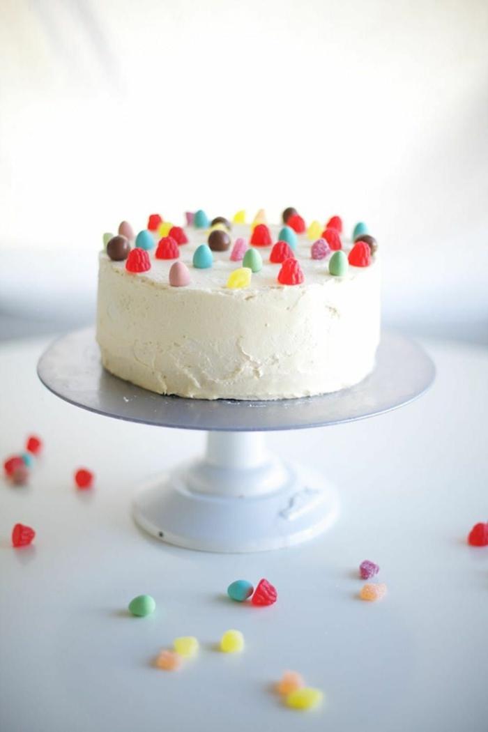 vanilletorte dekoriert mit bunten bonbons kinder torte selbstgemacht torten für kindergeburtstag selber machen backideen