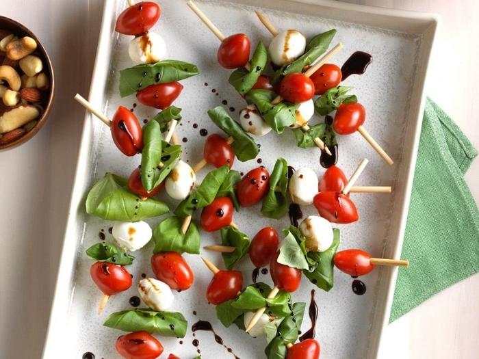 vegetarische rezepte schnell einfache caprese spieße mit cherry tomaten mozzarella und basilikum