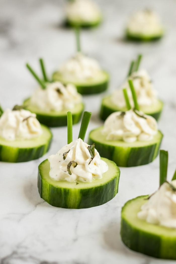vegetarische rezepte schnell party essen ideen häppchen aus gurken mit käse und kräutern