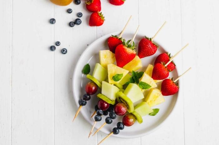 vegetarische rezepte schnell party essen spieße mit obst früchte erdbeeren ananas kiwi blaubeeren