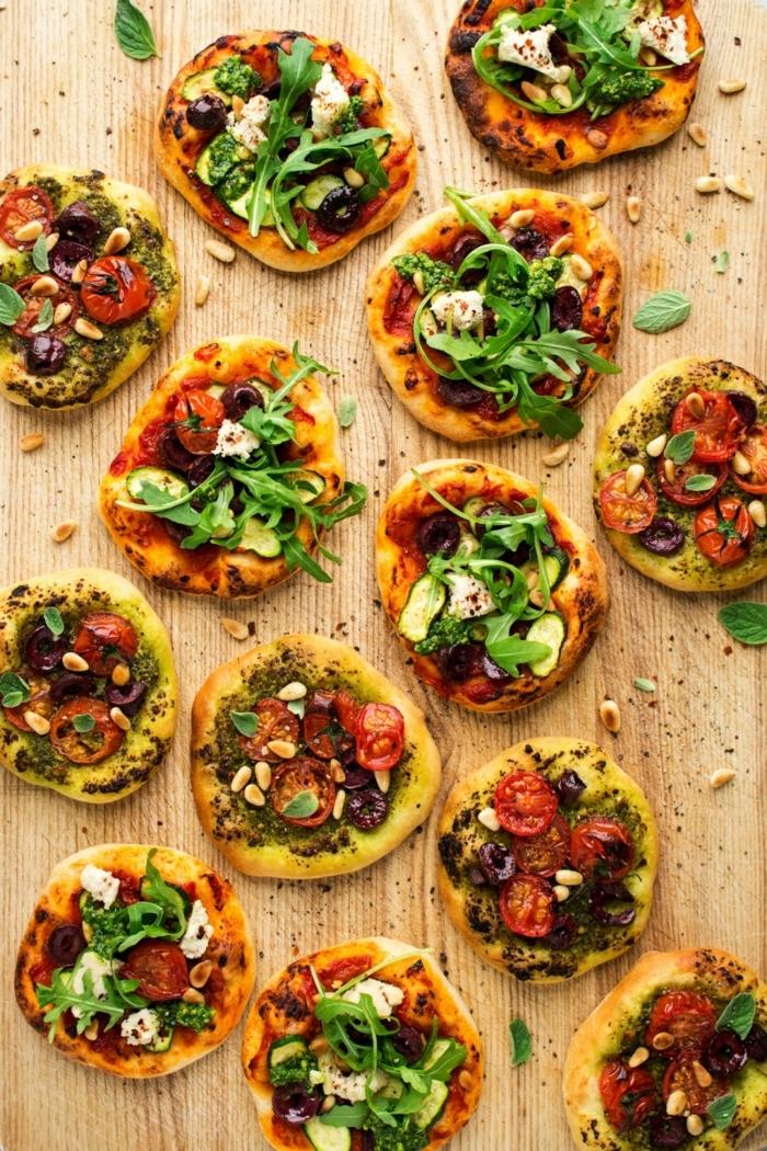 vegetarisches essen mini pizzas mt belag aus tomaten oliven käse und rukola rezepte für party