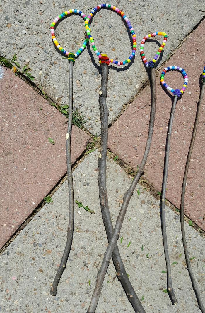 viele kleine seifenblasenstäbchen mit bunten künstlichen perlen bastelideen fpr kinder und erwachsene