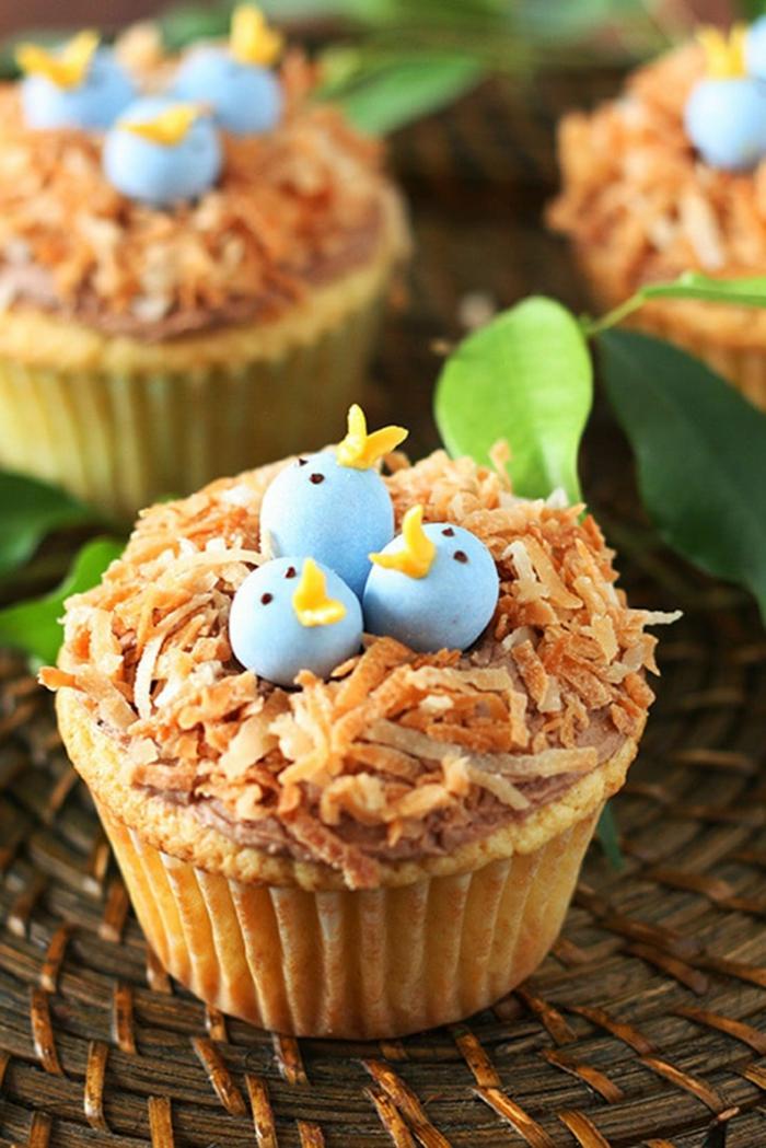 vogelnest cupcakes mit blauen küken muffins verzieren leckere desserts für kindergeburtstag party essen backen