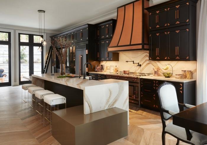 wandgestaltung mit farbe in der küche kuchengestaltung große kücheninsel mit marmorplatte boden aus holz