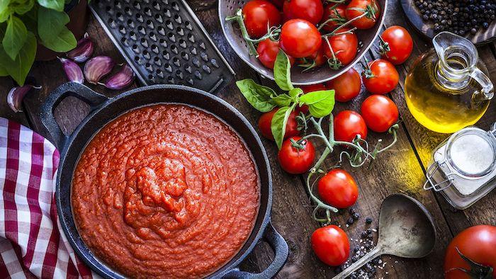 wie kann man tomaten einkochen rezepte viele kleine rote frische tomaten olivenöl ein topf mit tomatensoße