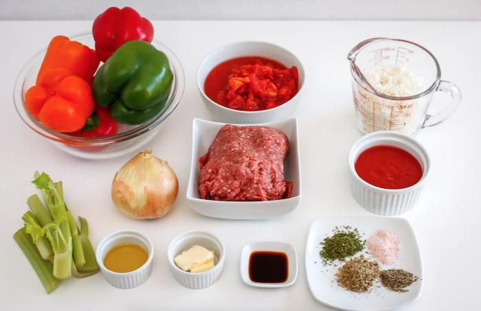wie kocht man gefüllte paprika hackfleisch die zutaten für gefüllte paprikaschoten mit tomatensoße