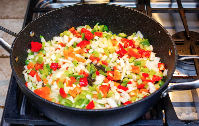 wie kocht man gefüllte paprika hackfleisch gemüse eine hardplatte und ein topf rezept