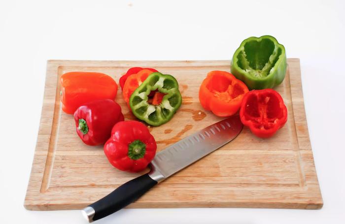 wie kocht man gefüllte paprika hackfleisch messer und geschnittene rote und grüne paprika