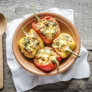 Gefüllte Paprika - mit Hackfleisch, Tomatensoße, Feta-Käse und Couscous