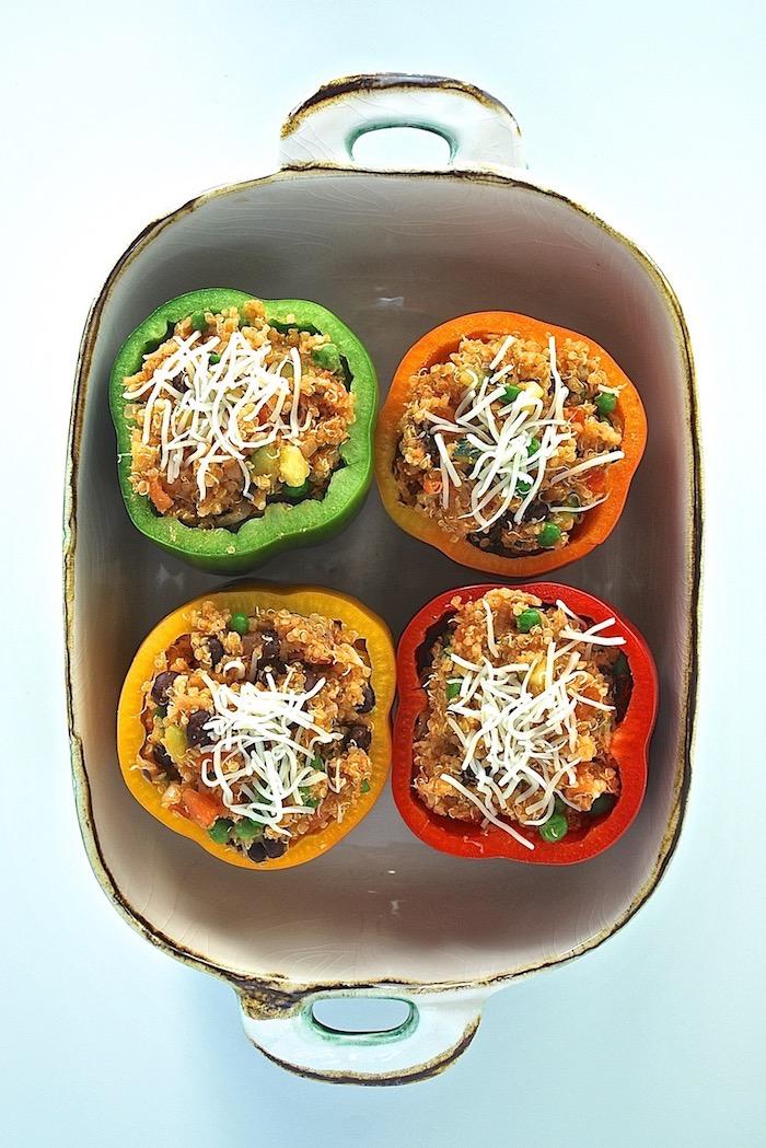 wie kocht man gefüllte paprika vegetarisch ein topf mit grünen roten und gelben gefüllten paprikaschoten mit schafskäse