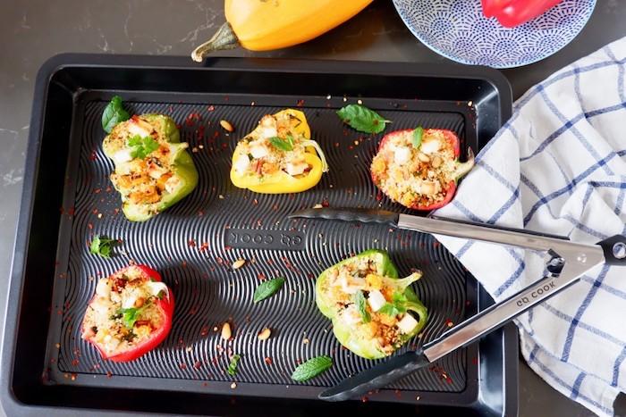 wie kocht man gefüllte paprika vegetarisch eine decke fünf gelbe grüne und rote paprikaschoten