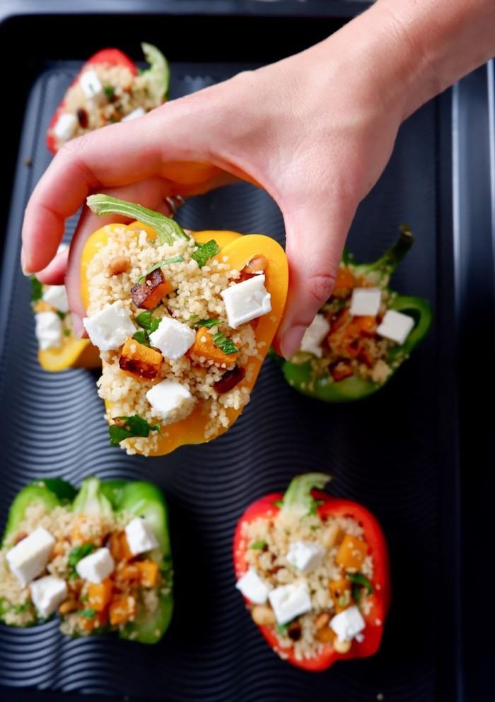 wie kocht man gefüllte paprika vegetarisch gfüllte paprika mit feta käse eine hand