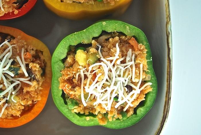wie kocht man gefüllte paprika vegetarisch orange und grüne paprikaschoten mit feta käse