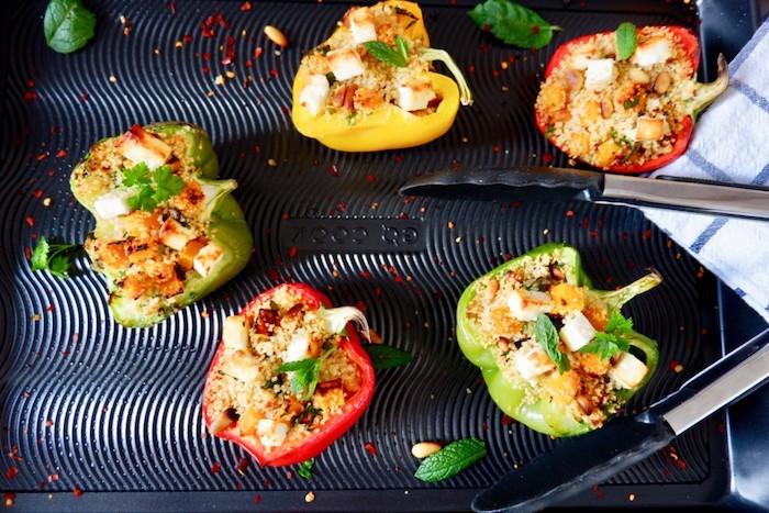 wie kocht man gefüllte paprika vegetarisch viele grüne und rote paprika mit couscous und schafskäse