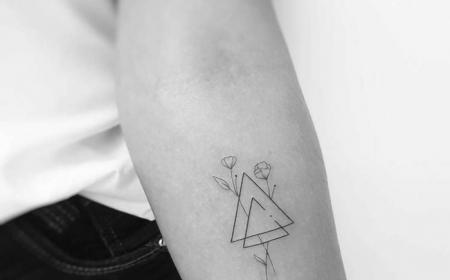 zwei dreiecke mit zwei rosen minimalistische tattoo motive kleine tattoos mit bedeutung schwarz weißes foto