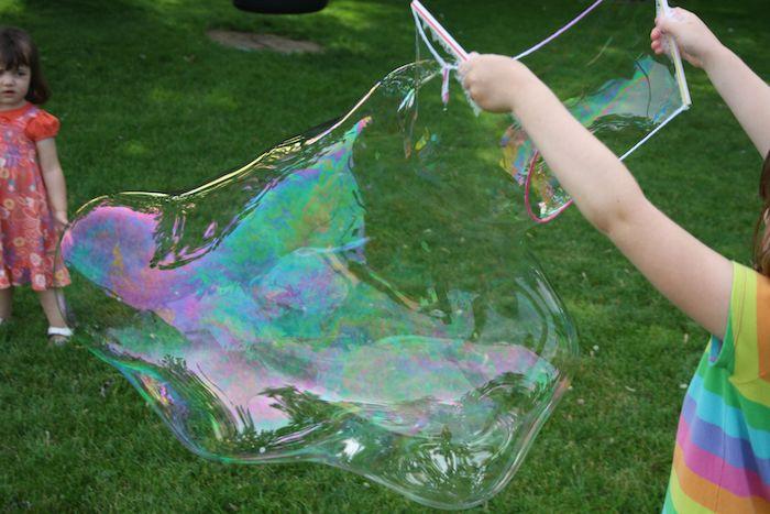 zwei kleine kinder mit bunter kleidung seifenblsen selber machen diy anleitung stabile seifenblasen rezept sehr große seifelabe bunge kugel stab für seifenblase