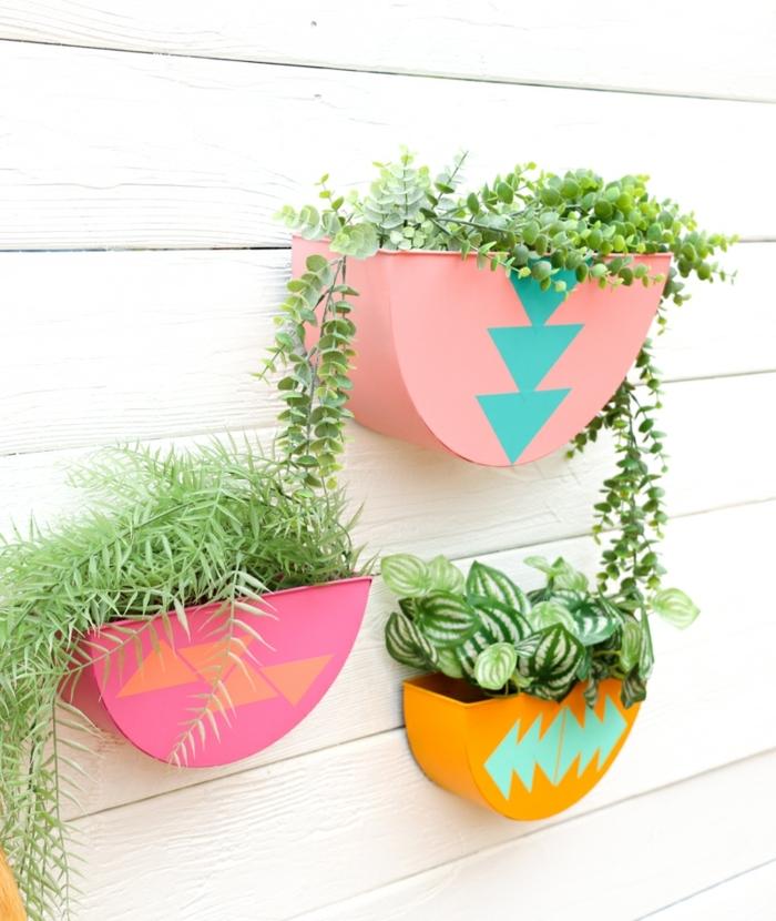 0 garten ideen selber machen farbenfrohe wandübertöpfe pflanztöpfe übertöpfe selber machen blumentöpfe dekoriert mit bunten farben