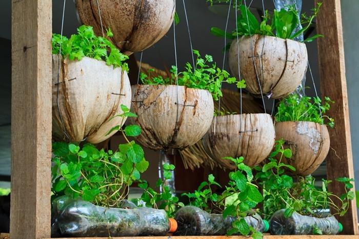 0 garten ideen selber machen selsbtgemachte gartendeko hängende blumentöpfe mit grünen pflanzen