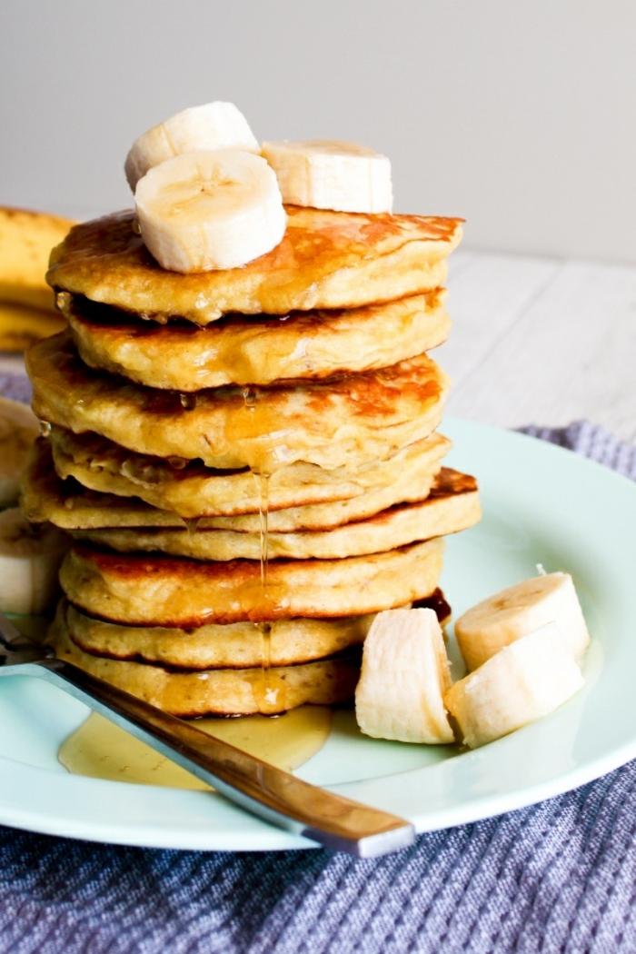 1 rezepte mit bananen frühstück ideen amerikanische pfannkuchen bananenpfannkuchen garniert mit honig