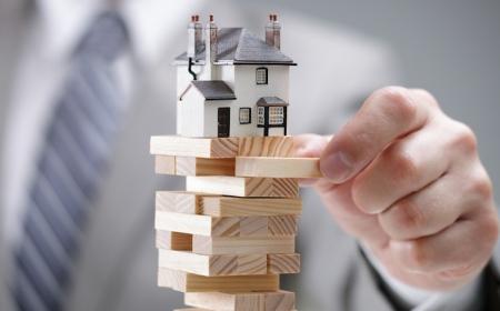 immobilienverkauf ein mann ein kleines weißes haus tipps vorteile der online immobilienbewertung