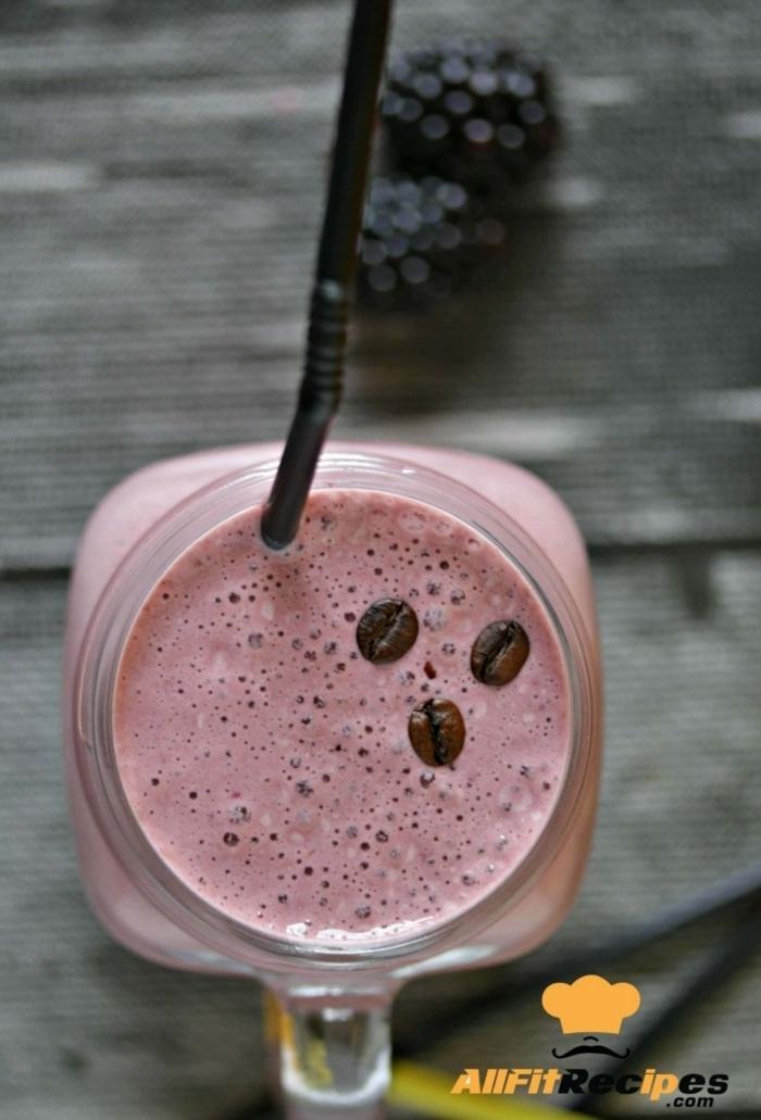 abnehmen mit shakes eiweißshake mit brombeeren getränk mit eiweißpulver früchten und milch gesund