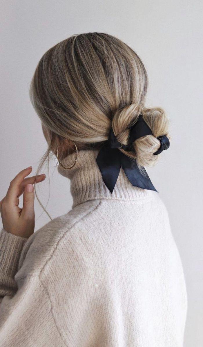 accessoires für die haare blauer haarband casual styling beiger pullover ohrringe kreolen dutt machen ohne duttkissen blonde haare mit strähnen