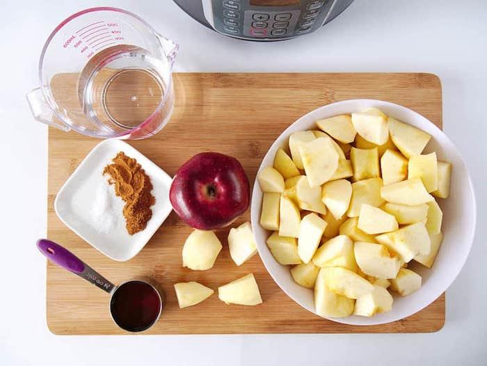 apfelmus selber machen ein holzbrett und die zutaten für ein selbst gemachtes apfelmus äpfel in würfel schneiden
