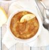apfelmus selber machen ein tisch aus holz ein apfel und zwei löffel ein apfelmus selber machen mit zimt