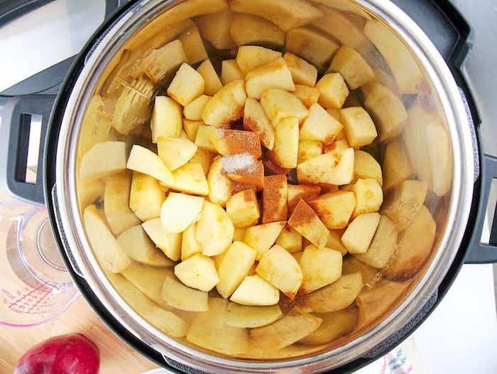 apfelmus selber machen ein topf mit vielen kleinen geschnittenen äpfeln in würfel rezepte mit apfelmus